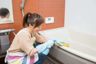 お風呂掃除時のカビキラーの順番は?簡単なやり方や手順は?オキシクリーンのつけおきが一番?
